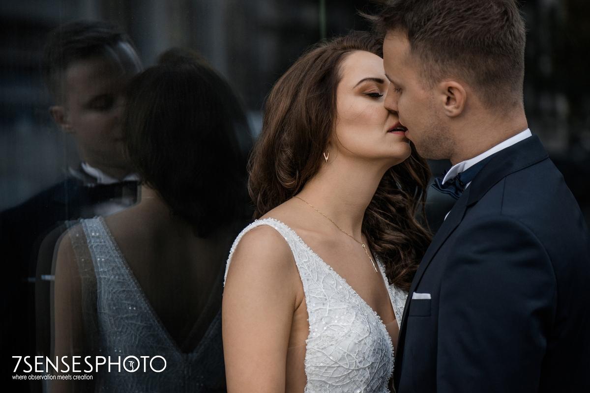 plener ślubny Warszawa elegancka modowa sesja para młoda pocałunek